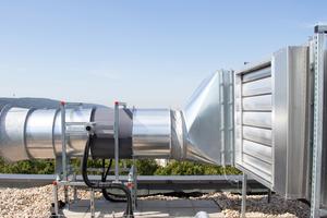 Ventilator und Bypassregelklappeauf einem aktiv geregelten Abströmschacht.