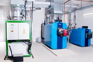 In dieser Heizzentrale eines kalten Nahwärmenetzes wird mithilfe von Kraft-Wärme-Kopplung (KWK) Strom und Wärme produziert. Das Erd-/Biogas-Blockheizkraftwerk (links) liefert die elektrische Antriebsenergie für die Wärmepumpen, respektive Übergabestationen.