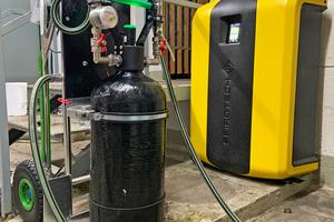 """Vor dem Vakuumentgaser steht vorübergehend die mobile """"SpiroPure Profill"""". Mit ihr wird das vorhandene Anlagenwasser aufbereitet."""