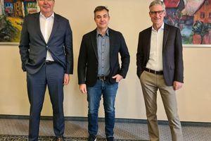 Mario Bittner (links) und Thomas Endres (rechts), Geschäftsführer der Konzmann GmbH, mit Ralph Gembe (Mitte), dem Geschäftsführer der R. Gembe Elektrotechnik GmbH