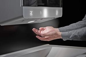 Die illuminierte Bedienung der Waschplatzeinheit erfolgt für die Nutzer leicht verständlich und berührungslos.