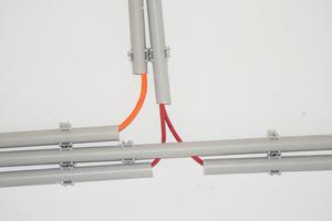 """Ein Allrounder in der Rohrverlegung ist die """"EC Euro""""-Clip-Schelle. Rohre unterschiedlicher Dimensionen werden einfach hineingedrückt, die EC-Schelle hält sie stabil an Ort und Stelle."""