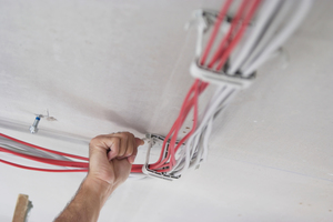 """Die Bügel des Sammelhalters """"SH"""" lassen sich für das Hinzufügen von zusätzlichen Leitungen beliebig oft öffnen und schließen – ohne Materialverschleiss."""