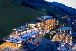 """Nur 15 Monate dauerte die Verwandlung des """"Das Edelweiss Salzburg Mountain Resort"""" zum Luxushaus mit romantischer Bergkulisse. In dieser Zeit wurde der Bestandsbau komplett saniert sowie der Neubau mit 33 neuen Zimmern und Suiten errichtet. Dafür wurden rund 150.000 m³ des Bergmassivs in Großarl abgetragen."""