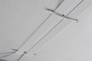 """Sollen Kabel trassenförmig verlegt werden, sind die """"KB""""-Kabelbügel geeignete Lösungen."""