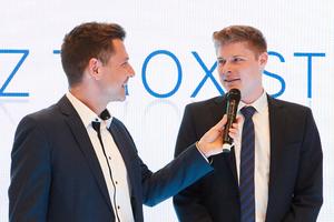 Preisträger Erik Alves (rechts) im Moderations-Gespräch