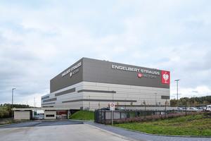 Der von 2017 bis 2019 neu errichtete Produktionsstandort von Engelbert Strauss in Schlüchtern (Nähe Frankfurt am Main) hat eine Betriebsfläche von 90.000 m<sup>2</sup>, wovon fast 55.000 m<sup>2</sup> zu klimatisierende Fläche sind.