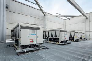"""<irspacing style=""""letter-spacing: -0.01em;"""">... """"grüne"""" Gebäudearchitektur konstruierte luftgekühlte Kaltwassersätze von Daikin mit einer Leistung von je 820 kW in Kaskade, die für eine effiziente Klimatisierung der Logistik- und Produktionsprozesse sorgen.</irspacing>"""