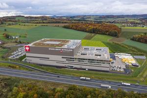 Der gigantische Industriebau aus Stahl mit einer Glasfassade, die zeitweise das größte Fassadenbauprojekt Deutschlands war und mit 22.500 m² größer ist als die Glasfassade der Hamburger Elbphilharmonie.