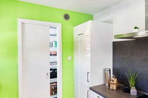 In den Ablufträumen wie der Küche sieht man von der installierten Lüftungstechnik nur einen dezenten, mit einer Edelstahlabdeckung versehenen Abluftauslass unterhalb der Decke. Leistungsstarke Filter am Abluftauslass sorgen zudem für eine Bindung des luftgetragenen Staubs.