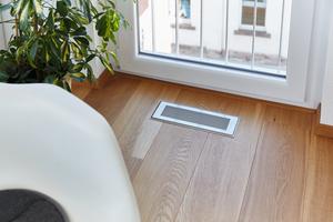 Stylische Design-Abdeckgitter aus Edelstahl über den Zuluftöffnungen in den Wohnräumen sind das einzig sichtbare Merkmal des zentralen Komfort-Lüftungssystems mit Wärmerückgewinnung in der Eigentumswohnung von Frau Rubin.