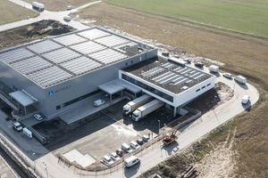 Für umweltfreundliche Energie sorgt die über 2.000 m2 große Photovoltaikanlage auf dem Dach des Logistikzentrums.