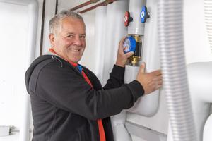 Heizungsbauer Peter Weigelt beim Einstellen der Volumenströme. In wenigen Sekunden ist das erledigt.