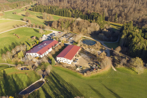 Die beiden Gebäude des Golfclubs, die nun die Wärme aus einer Pellets-Heizanlage beziehen. 2021 soll eine Potovoltaikanlage auf die Dächer.