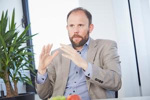 """Dr. Tillmann von Schroeter: """"Gasadaptive Geräte sind auf die künftigen Anforderungen an Gas-Brennwerttechnik vorbereitet. Unsere gasadaptiven Brennwertgeräte können schon mehr als 20% Wasserstoff mitverbrennen."""""""