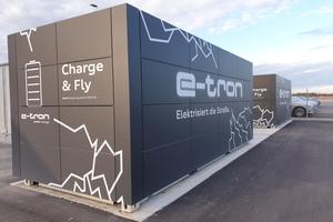 """Die beiden Energiespeicher wurden entsprechend des Nachhaltigkeitsanspruchs des Brand Experience Center mit vier Audi-""""e-tron""""-Batterien bestückt. Diese kommen im Rahmen einer """"Second-life-""""Anwendung zum Einsatz und verfügen über ein Speichervolumen von rund 360 kWh."""