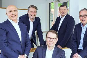 Die assmann gruppe hat die Weichen für die Zukunft gestellt – v.l.n.r.: (vorn) Mohamed Genedy, Ralf Uennigmann, Ulrich Schneider, (hinten) Christian Cramer und Eric Olaf Bruske.