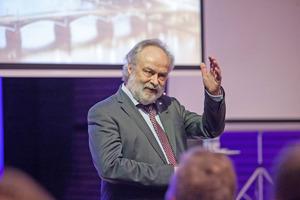 Prof. Dr.-Ing. Michael Günther bei einem der Arlberg Kongresse von Uponor.<br />
