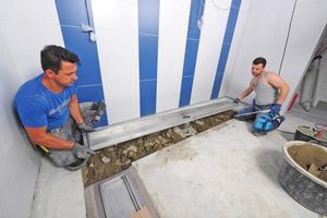 Im neuen Duschbereich kamen maßgefertigte Industrie- und Küchenrinnen aus Edelstahl der Firma Richard Brink zum Einsatz. In den ausgesparten Bereichen bilden Zement und Flexkleber den Untergrund.