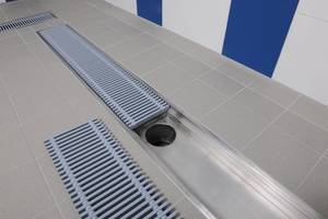 """<irspacing style=""""letter-spacing: -0.01em;"""">Nach dem Verfliesen wurden die Rinnen mit Schwimm-badrosten aus Kunststoff abgedeckt. Deren Maße wurden bei der Sonderanfertigung der Rinnen berücksichtigt.</irspacing>"""
