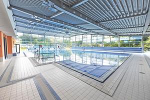 Das barrierefrei gestaltete SennestadtBad in Bielefeld bietet sowohl ein großes Sport- als auch ein Lehrschwimmerbecken mit Hubboden.