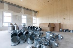 Lüftungsrohre werden für den Einbau bereit gelegt.
