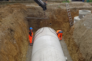 Vor der Verfüllung werden die Oberseite mit Geotextil abgedeckt, der Domschacht bis zur Geländehöhe aufgesetzt und die Zulaufleitung verlegt.