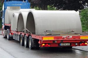 """Lieferung der vier Elemente, aus denen der Sickertunnel """"CaviLine"""" bei diesem Objekt besteht. Für größere Anlagen können weitere Stahlbeton-Fertigteile auf dem LKW zusätzlich gestapelt werden, um Kosten und Umweltbelastung des Transports zu reduzieren."""