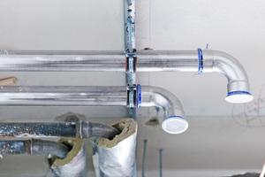 Sobald wieder einwandfreies Wasser zur Verfügung steht, empfiehlt Geberit Installateuren, als erste Sofortmaßnahme durchnässte Dämmungen zu entfernen und zu entsorgen, da bei niedrig legierten Rohren sonst Schäden durch Korrosion auftreten können.