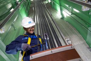 Die Aufzüge werden von Hochleistungs-Carbonfaserriemen angetrieben (im Bild Aufzüge im Hotel Marina Bay Sands, Singapur).