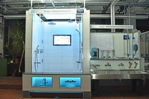 """<div class=""""99 Bildunterschrift"""">Die voll ausgestattete Schulungs- und Forschungsanlage für Duschsysteme veranschaulicht u.a. Erkenntnisse zu Durchfluss- und Druckverhältnissen sowie Wassertemperaturen.</div>"""
