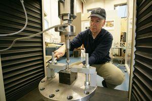 Im VdS-Labor für mechanische Sicherungstechnik wird die Widerstandsfähigkeit von Schlüsselübergabeboxen geprüft.