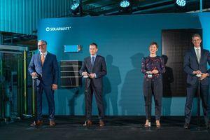 Offizielle Eröffnung der Solarwatt-Produktionam 23. September 2021 (v.l.n.r): Solarwatt-CEO Detlef Neuhaus, der sächsische Ministerpräsident Michael Kretschmer, Walburga Hemetsberger (CEO SolarPower Europe) sowie Solarwatt-Hauptanteilseigner Stefan Quandt