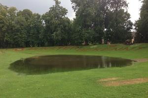 Ein Teich, wo keiner hingehört: Der Boden konnte die Regenmassen nicht mehr aufnehmen.