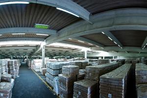 Panoramaaufnahme des Logistiklagers der Emsland Stärke Logistics GmbH & Co. KG im Hauptwerk Emlichheim: Die alte Beleuchtungsanlage wurde durch ein neues LED-System ersetzt, dessen Leuchten von Ecotecworld in Kooperation mit Honeywell und der Reiss Lighting GmbH entwickelt wurden.