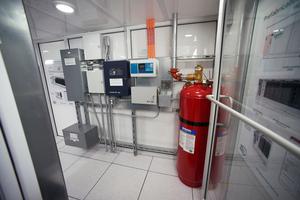 Das Datacenter wurde komplett mit Racks, USV, Stromverteilung, Kühlung, Umweltmanagement- und Feuerbekämpfungssystem vorinstalliert.
