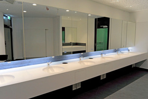 Lichtdurchflutete großzügige Räume mit genügend Waschtischen für großen Besucherandrang: Die Waschtischanlagen mit berührungsloser Ausstattung in der Messe Nürnberg.