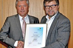 Josef Oswald (rechts) überreicht Raimund Schmalzl, Vorstand der Felderer AG, die Mitgliedsurkunde.