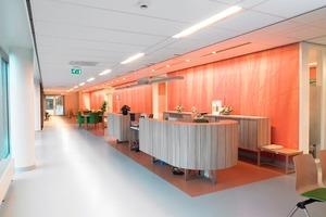 Hellgemaserte Holzmöbel und dezent orangefarbene Wände setzen lebendige wie behagliche Akzente<br />