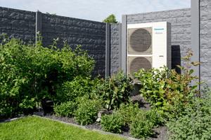 Die zuerst auf dem Flachdach platzierte Wärmepumpe wurde schließlich im Garten aufgebaut.