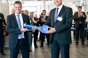 Feierliche Schlüsselübergabe: Geschäftsführer Dr.<br />Uwe Horlacher nahm strahlend den Schlüssel von<br />Niederlassungsleiter Jürgen Taubmann der<br />Baufirma Goldbeck entgegen