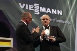 Dr. Klaus-Peter Kegel, CTO und Mitglied des Viessmann-Verwaltungsrats, nahm den Deutschen Nachhaltigkeitspreis aus den Händen von Initiator Stefan Schulze-Hausmann entgegen