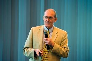 Kompetente Referenten, wie hier im Bild Peter Rathert aus dem Bauministerium, informierten die Teilnehmerüber aktuelle Entwicklungen im Bereich der Technischen Gebäudeausrüstung<br />