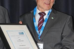 """<div class=""""bildtitel"""">Dr.-Ing. Ulrich Adolph wurde für seine langjährigen Verdienste die Ehrenmitgliedschaft im DKV verliehen.</div>"""