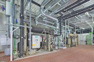 In der Energiezentrale des BMW Group Werks Landshut wurden zwei Absorptionskältemaschinen errichtet, die sich aus dem zentralen Wassernetz speisen und die Abwärme aus den Schmelzöfen nutzen, um Kälte zu erzeugen.