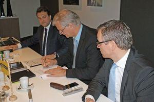 Vertragsunterzeichnung in  Apeldoorn mit (v.l.n.r.): Arthur van Schayk, Rolf Waltermann und Stefan Möllenhoff   (Foto: De Dietrich Remeha GmbH, Emsdetten)