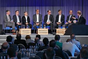 Podiumsdiskussion mit (v.l.n.r.): Christoph Brauneis (Chefredakteur tab), Prof. Thomas Auer (TU München), Dina Köpke (Emerson Climate Technologies GmbH), Martin Rüterbories (Heifo Rüterbories), Dr. Alexander Renner (BMWI), Prof. Matthias Sauerbruch (Sauerbruch Hutton), Gunther Gamst (Daikin Germany) und Burkhard Fröhlich (Chefredakteur DBZ).