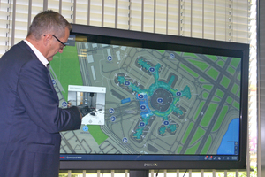 """Klaus Feller, DACH Region Engineering Leader, präsentiert die """"Command Control Suite"""", mit der eine Liegenschaft überwacht werden kann."""