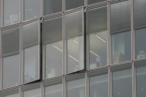 Großflächige Glasfassaden schließen einen individuelle manuelle Lüftung nicht aus. Durch die in die Flügel integrieren Jalousien ist auch im geöffneten Zustand ein wirksamer Sonnen- und Blendschutz gegeben.