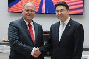 Stefan Plüth (Vorstandsvorsitzender Deos AG; links) und Michael Blichmann (Geschäftsführer Bosch Energy and Building Solutions GmbH; rechts)
